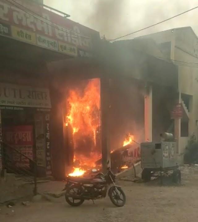 एसबीआई बैंक एटीएम कैबिन में तेज धमाके के साथ लगी आग, शॉर्ट सर्किट से तीन मशीन सहित कैबिन जलकर खाक, बड़ा हादसा टला