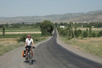 Wiesen und Felder säumen die Straße nach Sosnovka