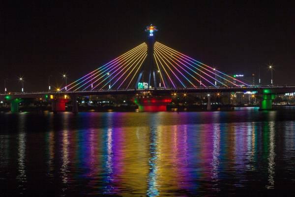Cầu sông Hàn được xây dựng trên trục chính của đường Bạch Đằng
