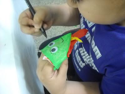 niño pintando en porta soller