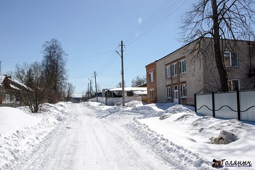 Улица Льва Толстого. Так как движение здесь слабое, то и снег на дороге лежит плотно.