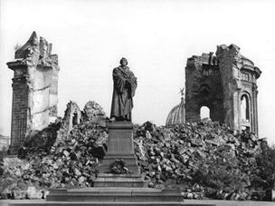 Bundesarchiv_Bild_183-60015-0002,_Dresden,_Denkmal_Martin_Luther,_Frauenkirche,_Ruine