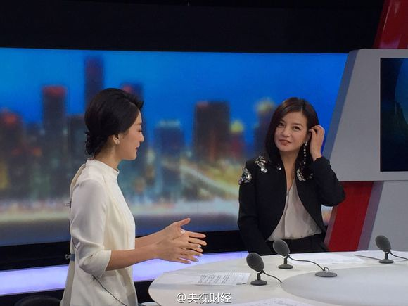 2015.11.11[CCTV2] Triệu Vy làm khách mời kênh Tài Chính - Chia sẻ kinh nghiệp kinh doanh quốc tế
