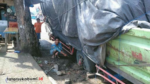 Truk Terperosok Akibat Lubang Galian di Jalan Sukabumi - Cibadak