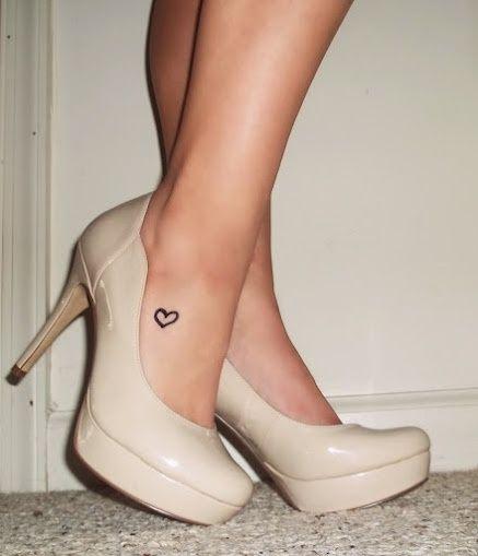 Coracao pequeno desenho de tatuagem no tornozelo para mulheres