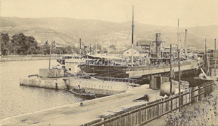 Vapor PEPITA en el dique de Bilbao. Ca. 1910. Podria ser tras la varada. Colección Manuel Rodriguez Aguilar. Nuestro agradecimiento.jpg