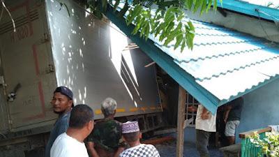 Hilang Kendali, Mobil Box Hantam Rumah Warga Peniti