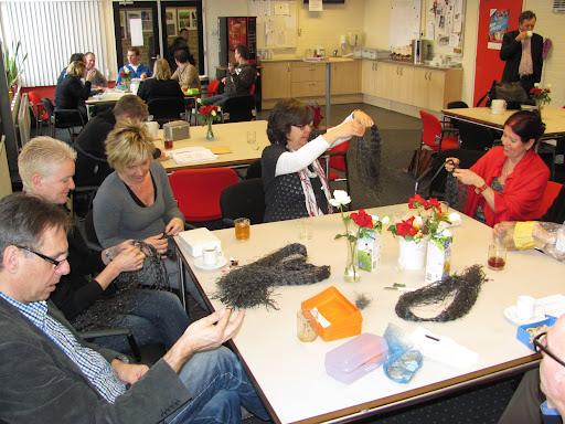 09 feb leraren werken aan de pruiken in de docentenkamer (3).JPG