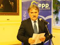 09 Bárdos Gyula, a Csemadok elnöke méltatja a díjazottat.jpg
