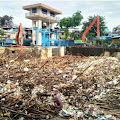 Material Sampah Menumpuk di Pintu Air Manggarai