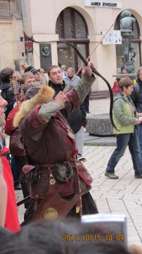 教堂樓下還有著作勢要射箭的韃靼人裝扮,增添不少傳說趣味。