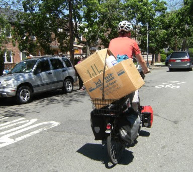 Umzugskartons von Walter Schmitz Möbeltransporte und Umzüge aus Essen in Basil XXL-Korb bei der Fahrt durch Queens, New York, auf dem Panther Dominance Trekking