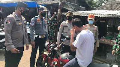 Satgas Covid-19 Lampung Utara Bagikan Masker di Pasar Central