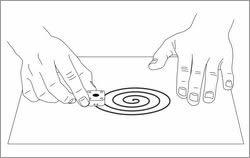 カーボンペースト電極面を平らな紙の上で研磨する