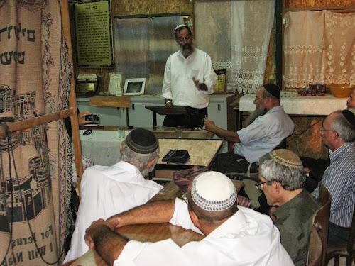 הרב יצחק חי זאגא מעביר שיעור בבית חגלה על פני יריחו