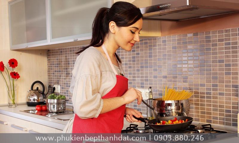 Phụ nữ hạnh phúc khi nấu ăn cho những người thân yêu