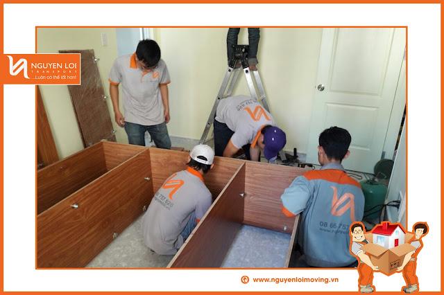 Nhân viên Nguyên Lợi tiến hành tháo tủ khi chuyển nhà