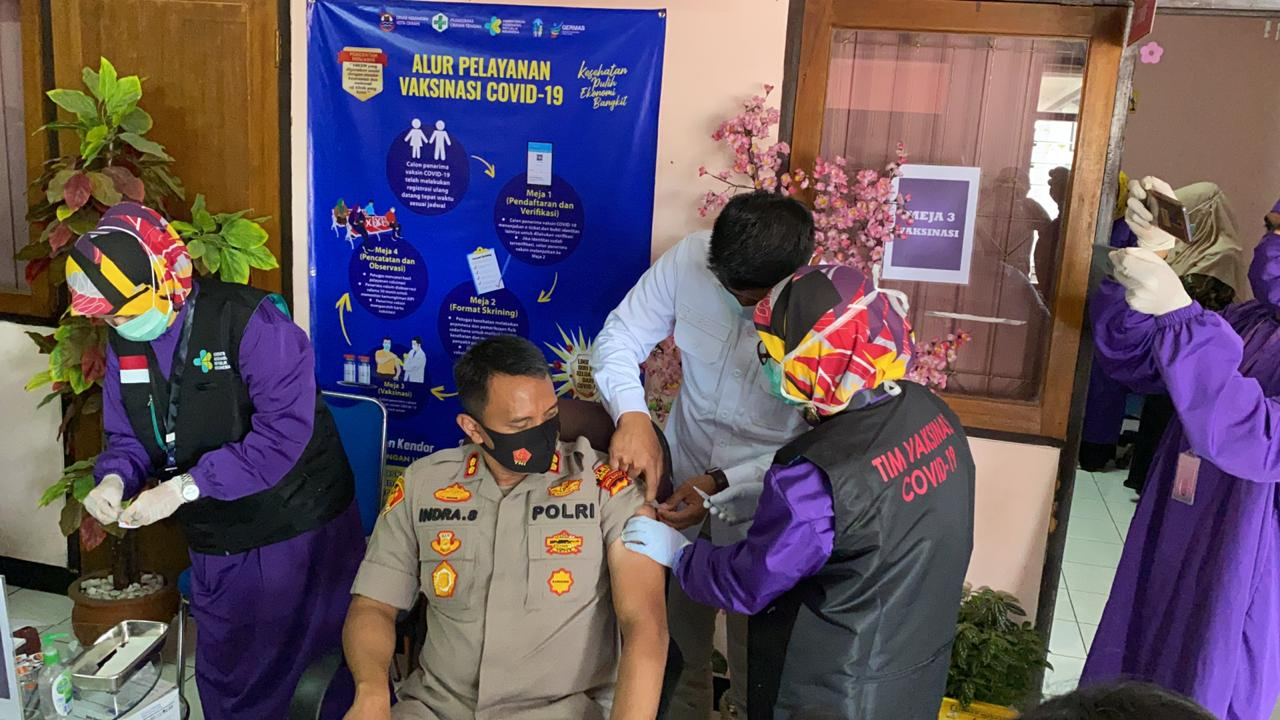 Forkopimda Serta Tenaga Medis di Kota Cimahi Menggelar Vaksin Covid-19 Secara Simbolis