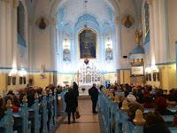 Gyülekeznek a hívek a Kék templomban, negyed hatkor már csaknem megteltek a padok.JPG
