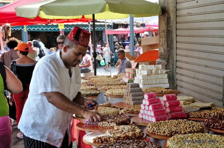 Продавец сладостей в Акко. Экскурсия по Западной Галилее. Гид в Израиле Светлана Фиалкова.