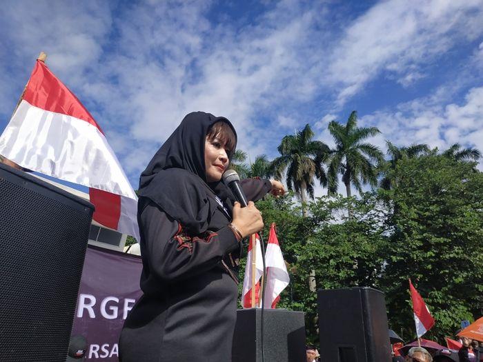 Orasi saat Demo, Dewi Tanjung Samakan Anies Baswedan dengan Soeharto