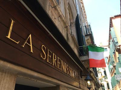 """Restaurantskilt med teksten """"La Serenissima"""" utenfor en restaurant."""