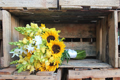 Album (digital) de fotos de BUQUE AMARELO. Fotografias digitais da Carla Flores, que faz decoração floral em eventos sociais e corporativos usando as mais lindas flores. Faz bouquet (buquê) de noiva, decoração de casamento, decoração de festas, decoração de 15 anos, arranjos de mesa, decoração de salão de festa, locação de mobiliário, decoração de igreja, arranjos de casamento e decoração dos mais lindos eventos. Atua em Niterói, Rio de Janeiro (RJ).