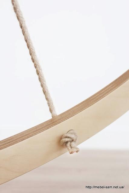 Веревка продета в отверстия фанерного каркаса