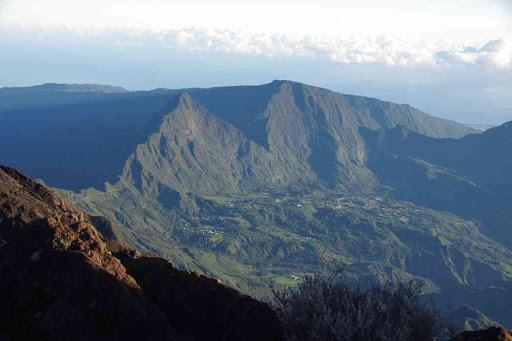 Grand-Îlet (Salazie), vue depuis la crête du piton des Neiges.