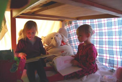 Geweldig, zo tenten maken met vriendinnetjes!