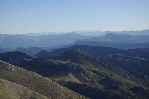 Vue depuis le sommet du mont Chiran (1905 m). Vue vers le massif des Écrins et la « muraille de Chine »