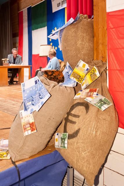 Geldsäcke und -scheine schmückten die Halle.