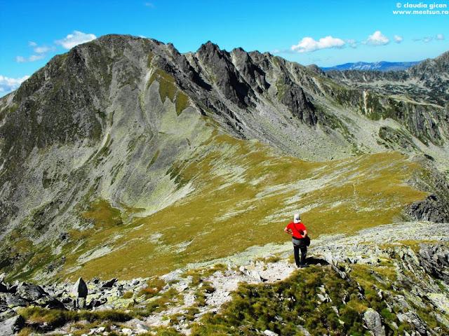 Peleaga, Colţii Pelegii în dreapta vârfului, Şaua Pelegii