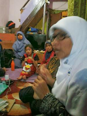 Ibu Siti Aisyah isi materi Bank Sampah di RT 04 RW 06 Sekeloa Coblong