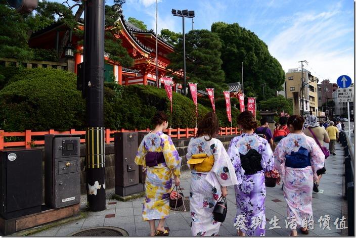 來到京都的八坂神社雖然沒有見著藝妓,但卻遇到一堆穿著浴衣的女性遊客。