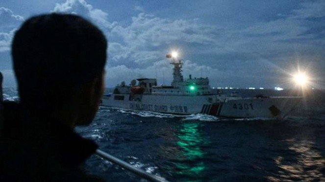 Menegangkan, KRI Usman Harun 'Dipepet' Kapal China di Laut Natuna