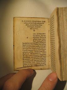 Primera página con título en forma de cuña y en el vértice una cruz.