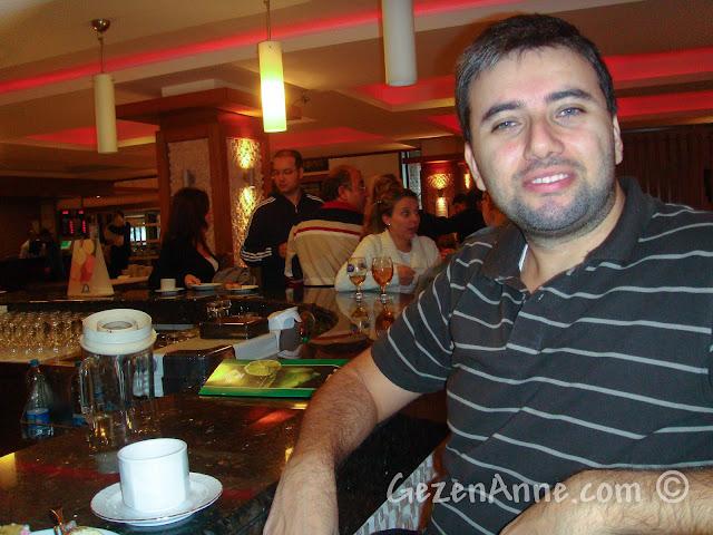 Bolu'daki Koru Otel'in barında otururken