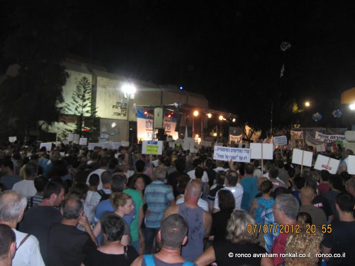 עשרות אלפי מוחים בהפגנה ברחבת מוזיאון תל אביב
