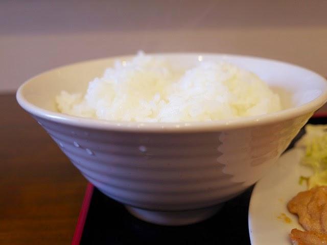大き目の茶碗にスリキリいっぱいに盛られた御飯。これで並盛り