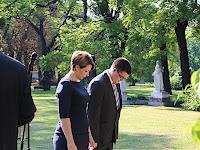 13 Karvalics Helga, a  kiemelt társadalmi ügyekért felelős helyettes államtitkár főosztályvezetője, és az oszályvezető, Alexov Predrag főt hajtanak a síremlék előtt  .JPG