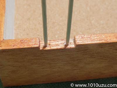 ネジ穴に木工用ボンドをつけた爪楊枝を差して補強