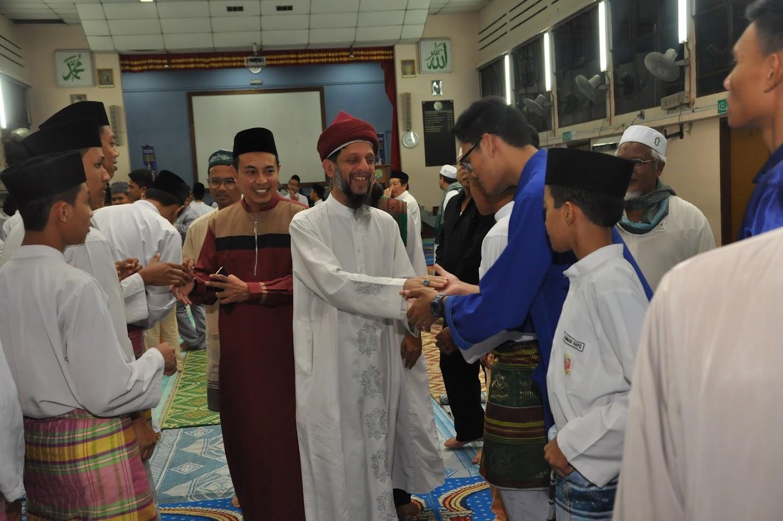 YM Sheikh Dr Ismail disambut mesra oleh para pelajar