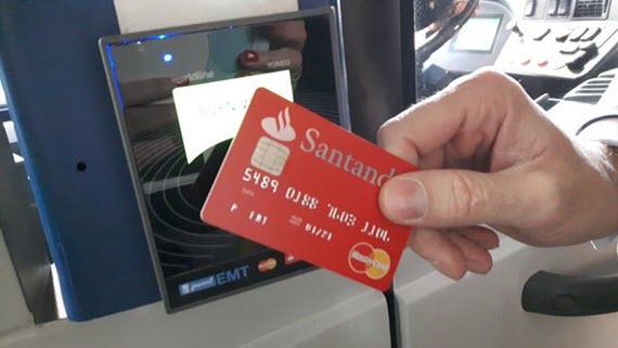Pago de billete con tarjeta bancaria sin contacto en los autobuses de la EMT