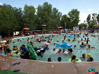 Baden im leicht ueberfuellten Pool
