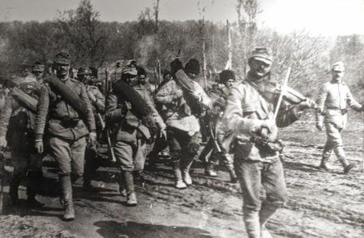 Tropas romenas marchando para o front. Varnita, março de 1917.