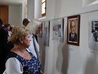21 A professzor és diákjai című kiállítás érdeklődői.JPG