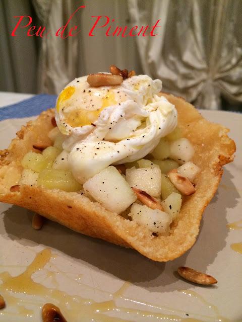 Uovo nel cestino di cacio con dadolata di patate, pere e pinoli tostati