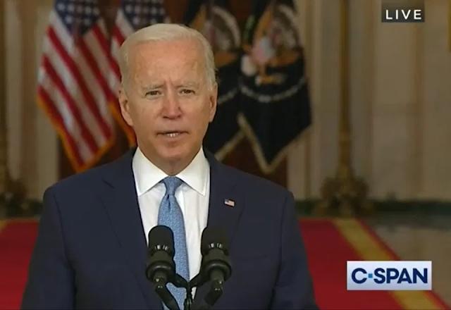 """Biden presume """"extraordinario éxito"""" en Afganistán; al menos 200 estadounidenses quedaron varados"""
