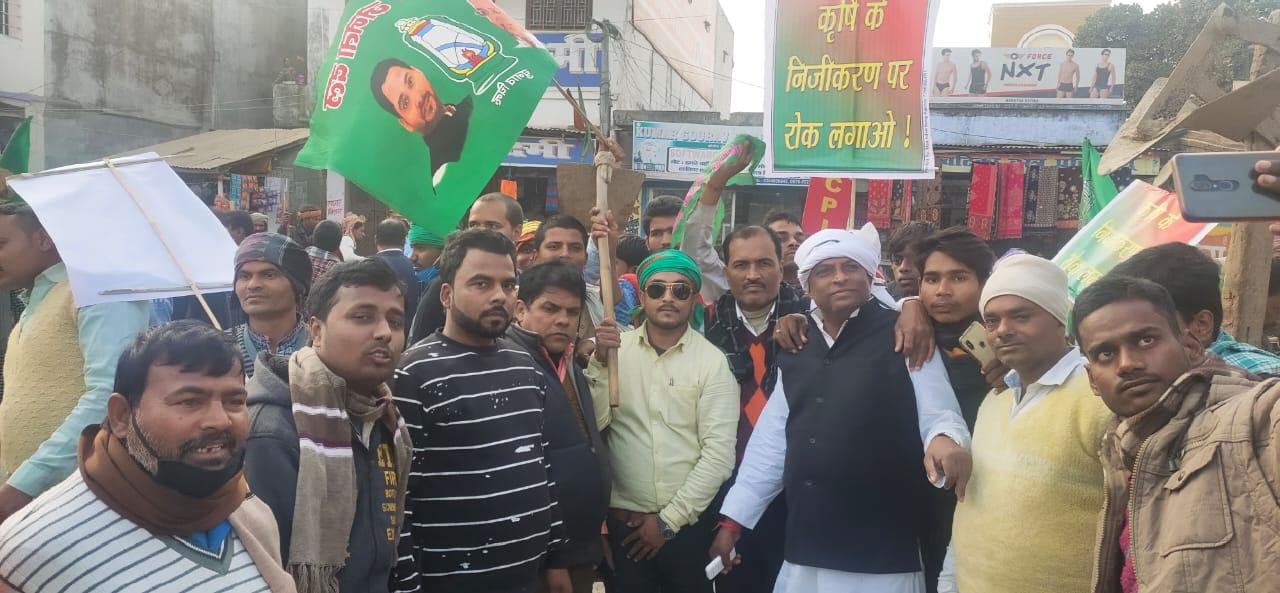 मधेपुरा:किसान आंदोलन मधेपुरा में हजारों की संख्या में शामिल हुए किसान और महागठबंधन दल के कार्यकर्ता